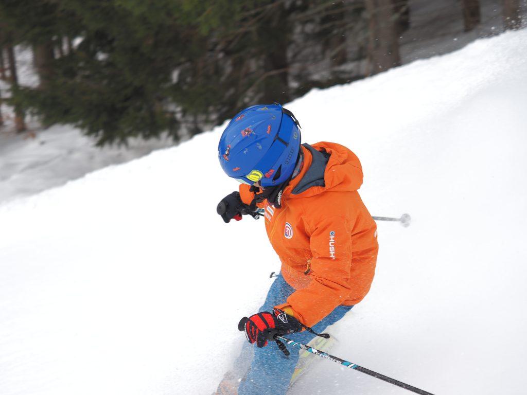 Dieťa lyžuje