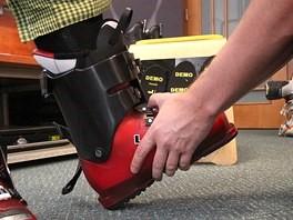 Skúšanie lyžiarky na nohe, Hlavne aby topánka nebola moc veľká